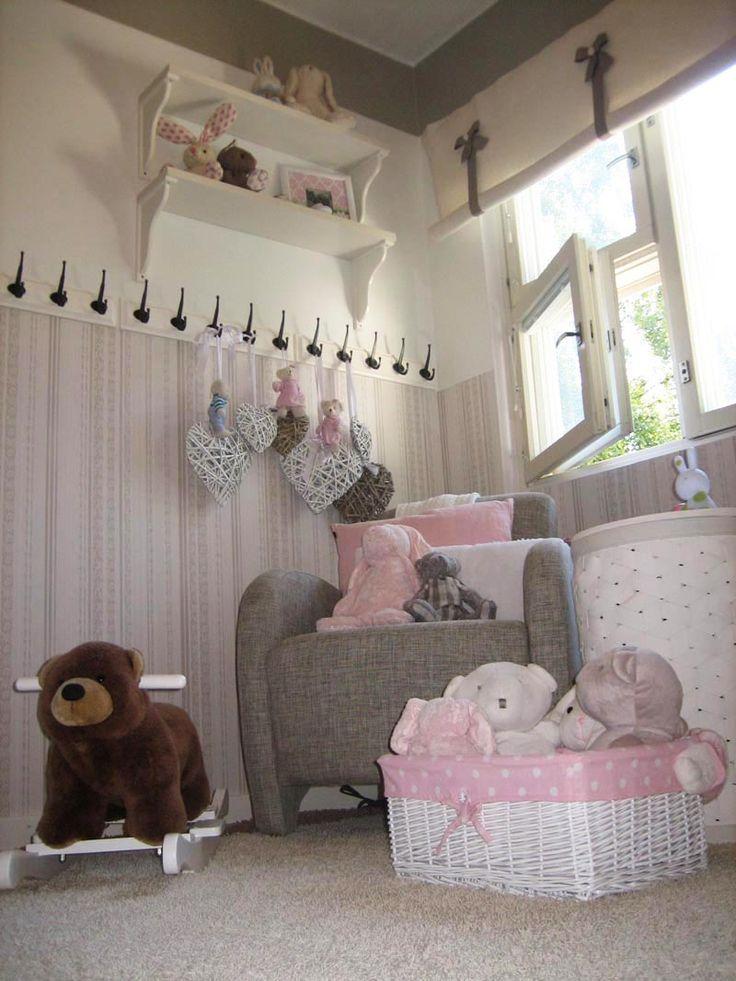 Nojatuoli imetystä ja lukuhetkiä varten #vauvanhuone #babyroom #baby #romanttinen #hempeä #maalaisromanttinen