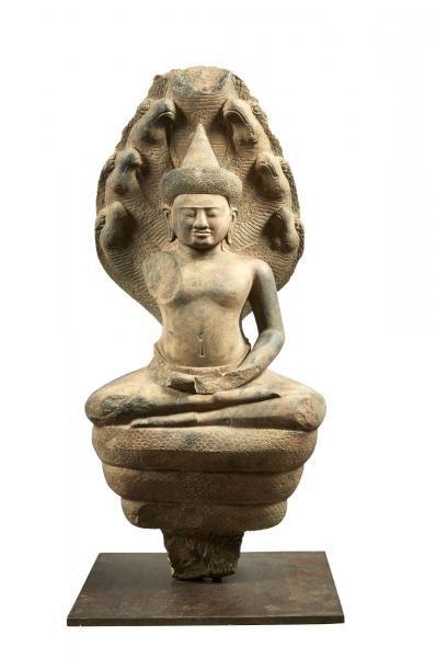 CAMBODGE - Période khmère, ANGKOR VAT, XIIe siècle Grande statue en grès gris, bouddha assis en dhyanasana sur le naga enroulé, ses sept têtes formant dais, les mains en dhyana mudra (geste de la méditation). (Accidents). H.83 cm. Provenance :  ancienne collection française, reçu en hértitage par l'actuel propriétaire autour de 1965.