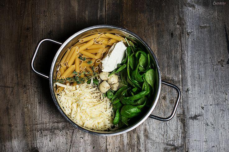 Rezepte für eine vegetarische One Pot Pasta mit Spinat & Käse. Alle Zutaten in einen Topf, kochen & genießen. One Pot Pasta ist schnell und unkompliziert.