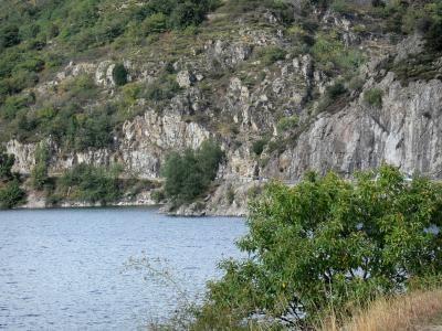 Le Lac de Villefort (Lozère) Niché au coeur des Cévennes lozériennes, aux abords de la station verte de vacances de Villefort, dans un écrin préservé constitué de montagnes verdoyantes, le lac de Villefort, d'une superficie de 137 hectares, se prête à merveille à la pratique d'activités liées à l'eau. Baignade (surveillée les après-midis de juillet et août).
