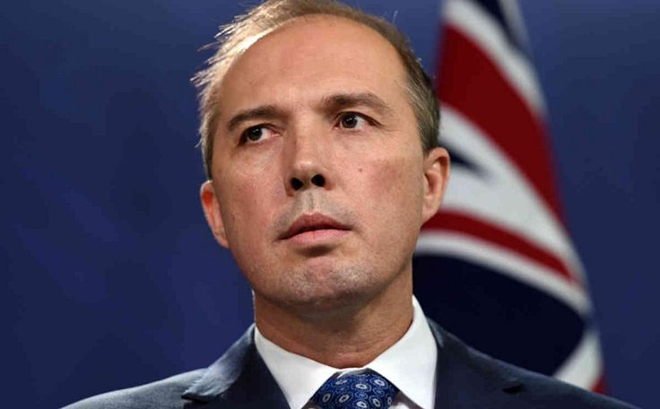 Salah Kirim SMS Kasar Menteri Minta Maaf : Menteri Imigrasi Australia Peter Dutton dilaporkan telah meminta maaf kepada seorang wartawan untuk pesan SMS salah kirim yang isinya menyebutnya seorang nenek sihir
