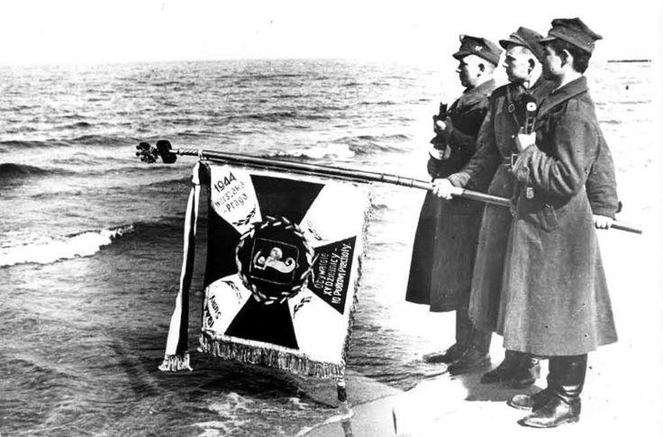 18 marca 1945 roku, Kołobrzeg. Poczet sztandarowy 10. pułku piechoty w trakcie uroczystości zaślubin z morzem na kołobrzeskiej plaży, fot. Józef Rybicki.