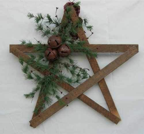 ≈ weathered wooden slat star - rusted jingle bells - airy greenery - some red berries wouldn't be out of place - rustic Christmas decoration - good for outdoors - maybe I'll hang one on the barn :)