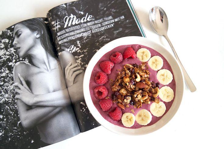Gesunde Clean Eating Rezepte: Frühstücks-Acai Bowl mit Acai Pulver.
