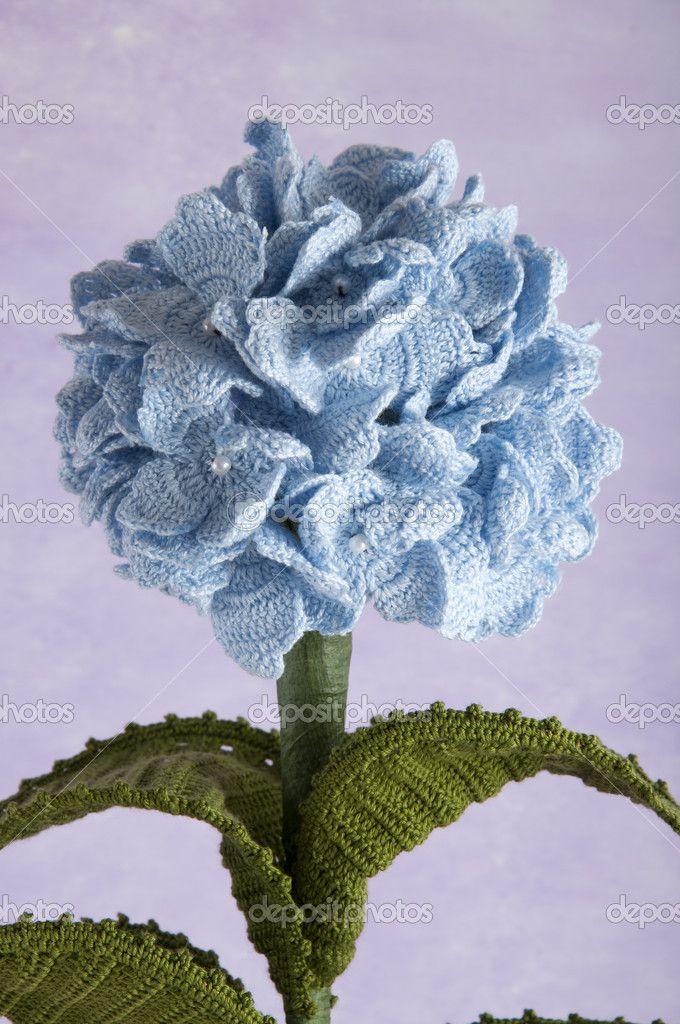 Downloaden - Gehaakte hortensia paarse bloemen blauwe achtergrond — Stockbeeld #11804624