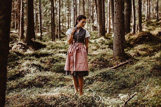 2018 | Frühling - Sommer | Dirndl | Bayern | Ninnerl Dirndlmanufaktur | Dirndl *Leni* | Waschdirndl aus feiner Baumwolle mit zartem Streublumenmuster in hübscher Farbkombination rosenholz und hellgrau. Hochgeschlossen, mit leichtem Stehkragen und dennoch mit einem kleinen Ausschnitt vereint das Dirndl gleich mehrere Highlights in einem. | © Ninnerl Dirndl- und Schmuckmanufaktur  |  S❤