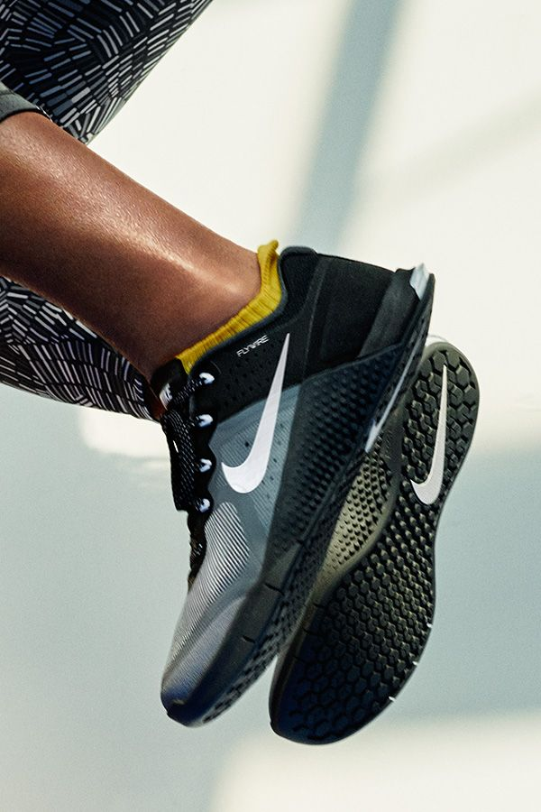 NikeWomen Metcon 2 Cross-Training Shoe features a grooved sole for stable flexibility, and side-panel coverage to hold up to rope climbs — and whatever else your workout throws at you.