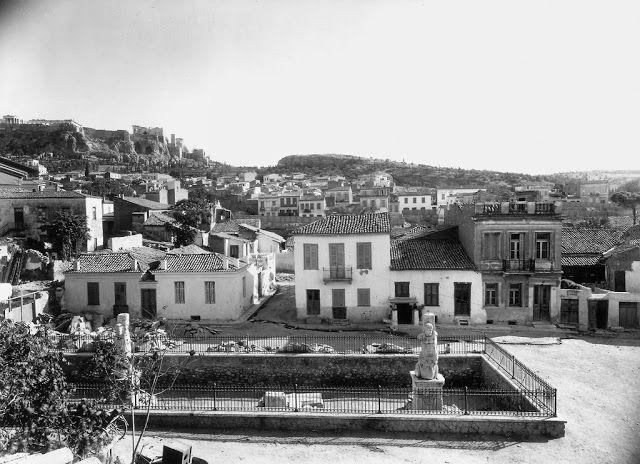 Ακροκέραμα: Αφιέρωμα στο Βρυσάκι. Η πλατεία Γιγάντων στο μέσον της γειτονιά ανοιγόταν γύρω απο τους Γίγαντες και Τρίτωνες που κοσμούσαν το Ωδείο του Αγρίππα. Ήταν τα μόνα ορατά μνημεία της αρχαιότητας, εκτός απο τη γωνία της Στοάς του Αττάλου και το ναό του Ηφαίστου.