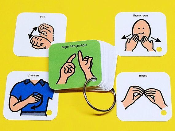 Molti bambini con autismo o altri ritardi di sviluppo beneficiare delluso della lingua dei segni. Linguaggio dei segni è un altro tipo di aiuto visivo che aiuta a stimolare i centri di comunicazione del cervello. Se ci si impegna in lingua dei segni con il vostro bambino, essi sono in grado di prendere il loro aiuto visivo (le mani) con loro dove mai andare!  Questi sono alcuni dei segni comuni che vengono utilizzati con i bambini che troverete su questo portachiavi: • più • finito • Sì •…