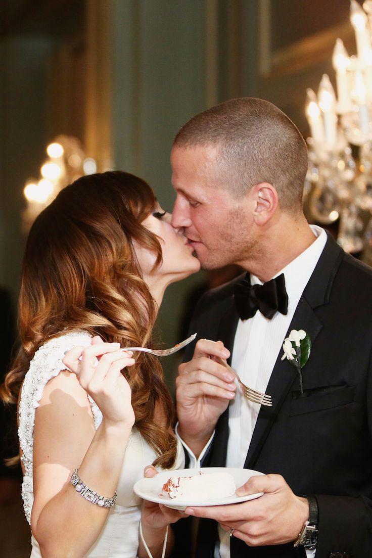 The Bachelorette Ashley Hebert and JP Rosenbaum kissed after sharing a slice of their wedding cake. #CuteCouple #WeddingCouple Photography: Bob & Dawn Davis Photography. Read More: https://www.insideweddings.com/weddings/ashley-hebert-and-jp-rosenbaum/438/