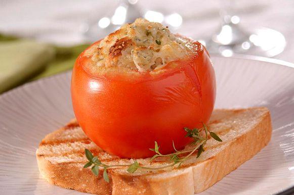 Experimente uma receita de tomates recheados com base em queijos e cogumelos. Ideal para reuniões de última hora em casa!