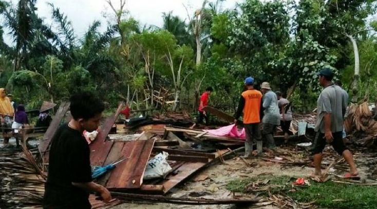 Belasan Rumah Porak Poranda Akibat di Terjang Angin Puting Beliung - Makobar.com Menyuarakan Kebenaran Akurat dan terpercaya - Berita Harian Kota Medan