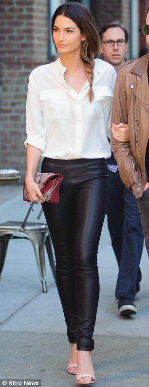 classique mais efficace : pantalon cuir noir , chemisier blanc ample, chaussures féminine et une pochette un peu originale pour pimenter un peu cette tenue très sage.