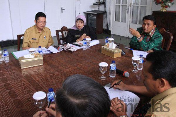 RAPAT - Gubsu Gatot Pujo Nugroho memimpin langsung rapat dengan jajaran pimpinan Dinkes Sumut, di Gubernur, Jalan Sudirman, Medan.