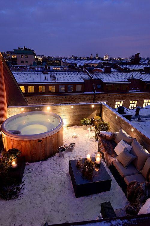 Il Patio:     Voglio avere una terrazza nel patio a casa mia. Questa terrazza ha una bella vasca idromasaggio. In inverno, rimanere nella vasca idromassaggio è un modo perfetto per scaldarsi. Non mi piace l'inverno, ma se lo devo sopportare, preferisco sopportarlo con una terrazza come questa.