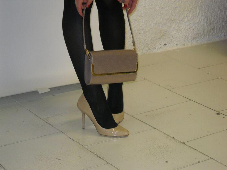 Louis Vuitton Rossmore colore nature e scarpe firmate Jimmy Choo da abbinare possibile solo le borse in affitto www.rentfashionbag.it .... visita il sito!!