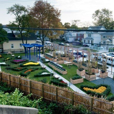 Bette Midler's Green Thumb Revitalizes Community Gardens : Architectural Digest
