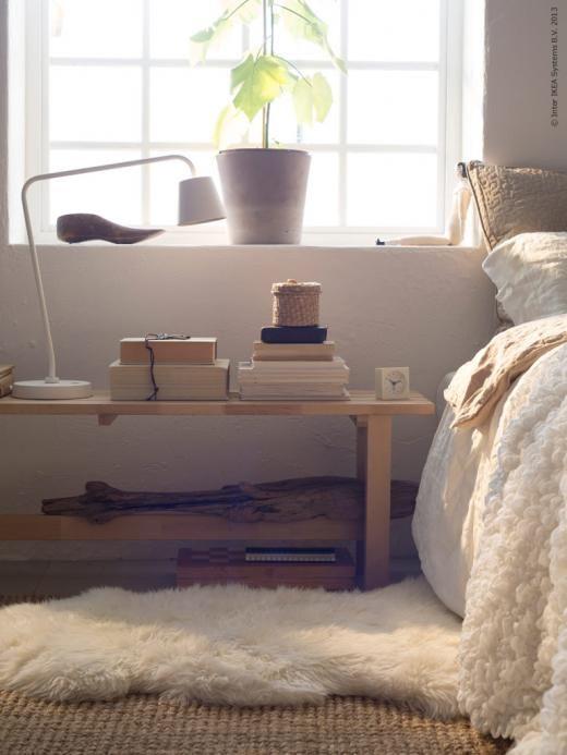 Lägg en mjuk matta eller ett fårskinn nedanför din sängplats