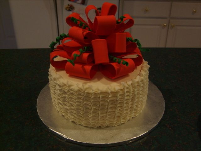 Meu primeiro bolo plissado. Graças a Manda2177 para tomar o tempo para fazer um tutorial sobre como fazer esta técnica. Tão fácil! Este foi um branco ...