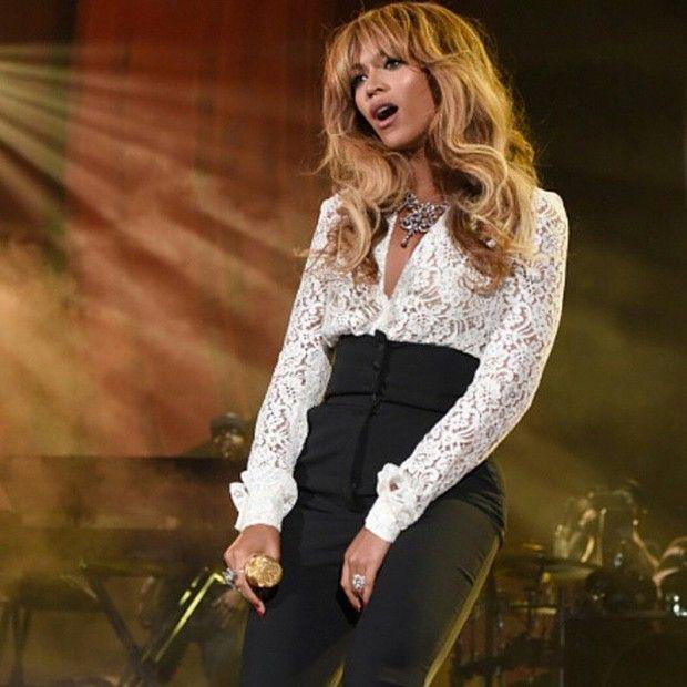 Beyoncé surpreende fãs em concerto de Jay-Z http://angorussia.com/entretenimento/fama/beyonce-surpreende-fas-concerto-jay-z/