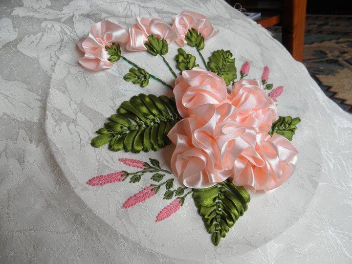 rosas bordadas en cinta | ribbon and fabric flowers | Pinterest