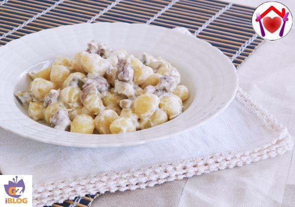 Una ricetta veloce da preparare, con un gusto ricco che piace a grandi e piccini: gnocchi con salsiccia e carciofi.