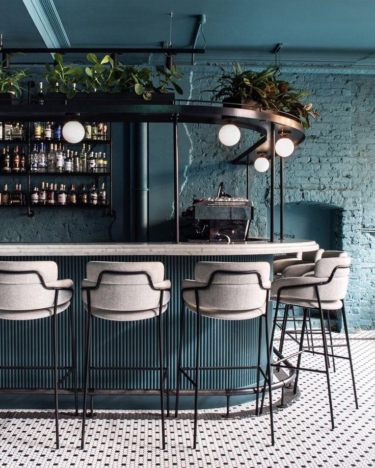 Bar im Greenwich Grind Restaurant in London. Schöne einfarbige Fliesen, weiße …   – Restaurant Interior Design