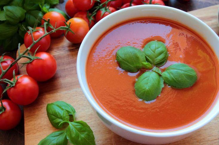 Bırakalım şimdi hazır çorbaları. Üzerine mis gibi köz tadı sinmiş domateslerden, dumanı üzerinde bir közlenmiş domates çorbası tarifi hazırlayalım hadi.