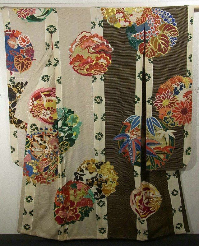 This is a vintage Furisode Kimono with a design of flower circle, which is dyed gorgeously.  'Botan'(peony), 'kiri'(paulownia), 'sasa'(bamboo grass), 'tachibana'(Japanese green citrus) and some other seasonal flowers are designed on it