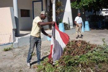 Un Empleado Público Usa La Bandera Nacional Como Trapo Para Recoger Basura