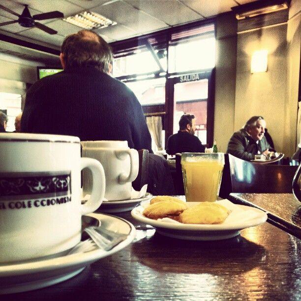 """Ubicado frente a la feria del Parque Rivadavia, es el centro de reunión de distintos grupos de coleccionistas, donde los tangueros resultan el grupo que """"nunca falta a la cita"""". Todos los fines de semana se juntan aquí mientras hurgan entre las novedades y pergeñan búsquedas de piezas únicas. En los horarios del desayuno los sábados y los domingos a la mañana (que se extiende hasta el mediodía), y los mismos días por la tarde a la hora del té, hay que tener paciencia para encontrar un lugar…"""