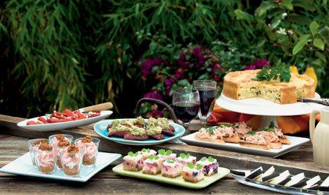 Rejer med romescosovs i glas, marinerede peberfrugter, chorizopølser med avocadomos, toast med rørt røget laksetatar, bacon- og kartoffeltærte, manchegoost og cheesecake med sommerbær.