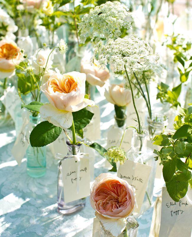 一輪挿しごと移動して♡ センスがいい白のエスコートカードまとめ。結婚式で使うエスコートカード・席札一覧。