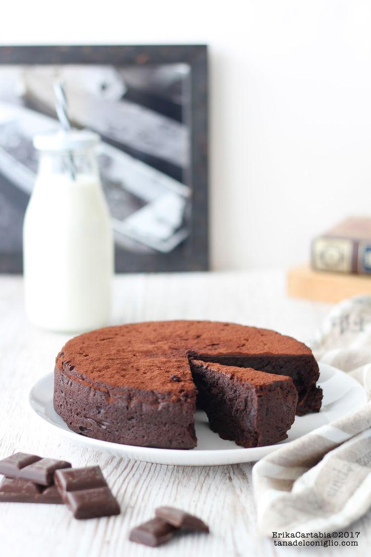 La torta al cioccolato senza farina si prepara in 5 minuti ed è uno di quei dolci che causano assoluta dipendenza. Se siete anche voi de...