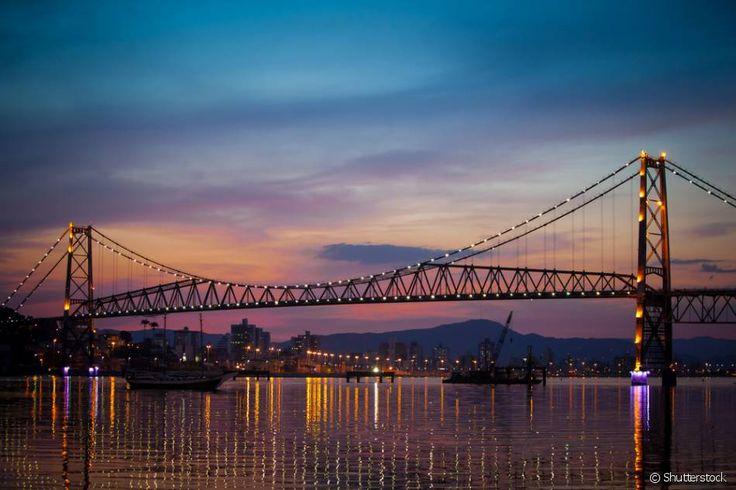 10 motivos para conhecer Florianópolis, a Ilha da Magia do Sul do Brasil. Localizada no centro da cidade, a Ponte Hercílio Luz é o principal cartão-postal da cidade de Floripa