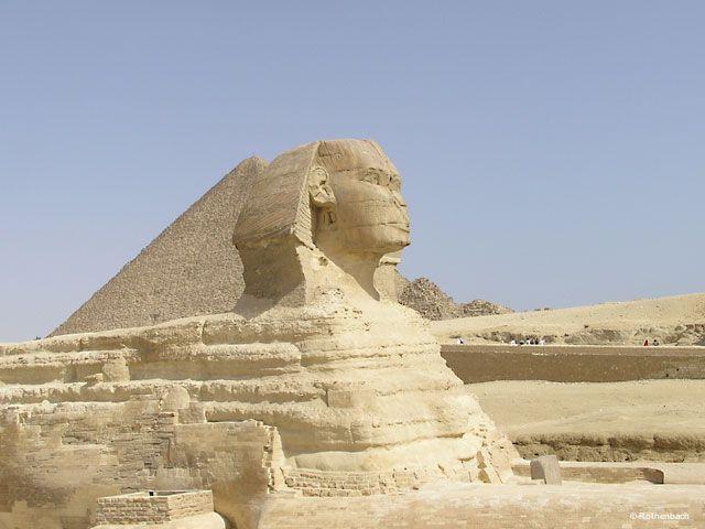 Die Sphinx vor den Pyramiden in Gizeh (Kairo/Ägypten)