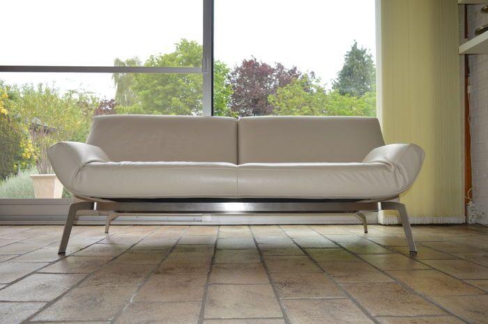 """In nieuwstaat aangeboden Leolux design bank  Model: Shuffle/ 375-300 """"plus""""  3- zits (209 cm) in leer kleur: senso 4400 off white   Eens in de 10 of 15 jaar wordt er een meubel ontworpen met een unieke veelzijdigheid. Een functiemeubel dat verstelbaar is, flexibel en gedurfd; verfijnd in zijn afwerking, technisch geweldig en uitgerust met het geroemde Leolux comfort.  Leolux heeft al sinds het begin van de jaren tachtig ervaring met het bouwen van veelzijdige functiemeubelen. En na Leolux…"""