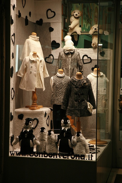 I love the penguins, they move! Shop window in Italy