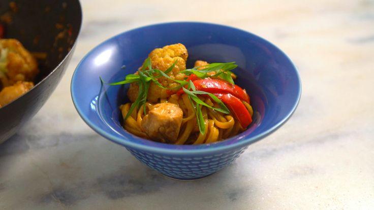 Receita com instruções em vídeo: Que tal preparar de almoço essa incrível e rápida receita de noodles com frango e vegetais?   Ingredientes: 1 colher de sopa de gengibre picado, 2 dentes de alho picados, 2 colheres de sopa de água, 2 colheres de sopa de molho de ostras, 2 colheres de sopa de molho de soja, 1 colher de sopa de vinagre de arroz, 1 colher de sopa de açúcar, 1 colheres de sopa de azeite de oliva, 1 colher de sopa de óleo de gergelim torrado, 500g de peito de frango em cubos…