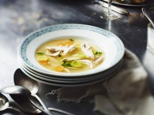 quando si è malati x LE VIE AEREE -Centrifugati di frutta e verdura: Ananas limone lime zenzero finocchio cavolo riccio coriandolo -Brodo di pollo speziato: aglio peperoncino timo -Latte:1 tazza al giorno -Lattuga Miele Acqua  --RICOSTITUENTI: -Pudding di riso con cannella, Banana -The al ginseng:  -Agrumi Cavoli e broccoli -Cracker fette biscottate  -Zenzero: mangiato fresco x infezioni gastriche contrasta  mal di testa e dolori muscolari -Aglio e cipolla: proprietà antibiotiche e…
