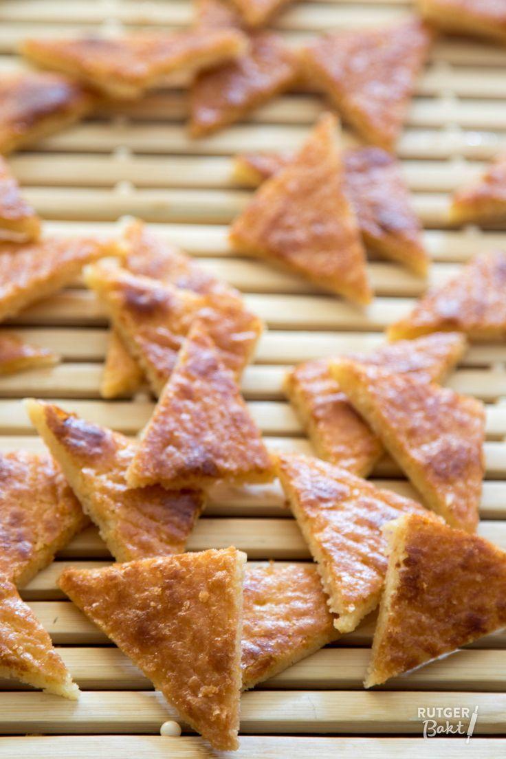 Deze knapperige koekjes smaken als de buitenkant van een versgebakken boterkoek: krokant, kruimelig en heerlijk boterig. Het recept is afkomstig uit het boek Niet zomaar… koekjes! van Danny Capon. Het