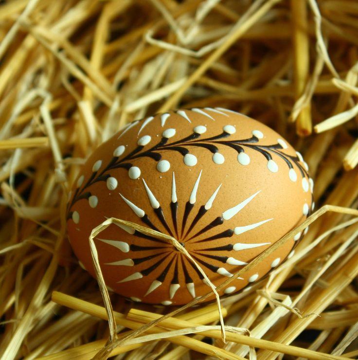 Jaro, slunce, kočičky ... kraslice G1 Velikonoční kraslice zdobená tradiční technikou - reliéfním nanášenímvčelího vosku pomocí špendlíkové hlavičky. Vzor na vajíčku vychází ze slovenských kraslicových vzorů, je převeden do reliéfního zdobení a stylizován do jarního motivu slunce a rozkvetlých kočiček Na dekorování jsem použila včelí bělený vosk, který ...