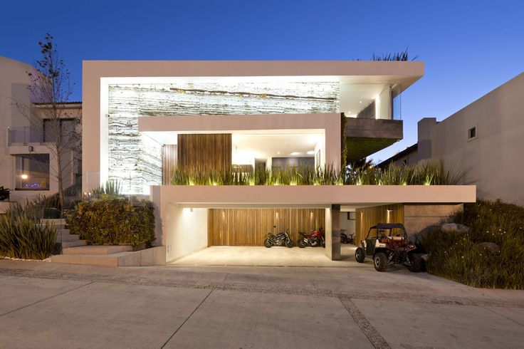 Con hermosa estructura exterior que combina materiales como el ónix y una moderna estructura de hormigón, esta vivienda con piscina te va a inspirar en la generación de ideas de fachada e interiore…