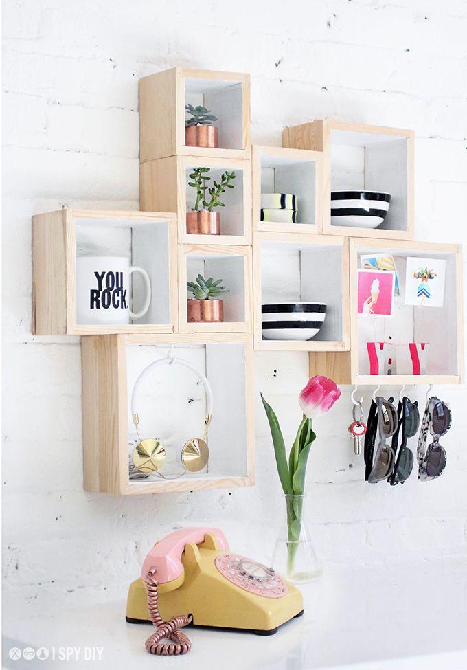 Er du en av dem som roter bort ting? Trenger du et sted hvor du kan legge alle småtingene dine? Hva med å lage denne kule boksehylla?