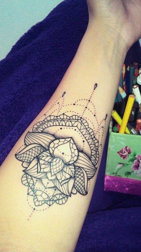 A flor de lótus carrega um significado muito especial: simboliza nascimento divino, o crescimento espiritual e a pureza do coração e da mente. Ela nasce do lodo, da lama, impecável. As rendas, simbolizam meu amor pela costura e meus vestidos...  #tattoo #lotus #lacetattoo