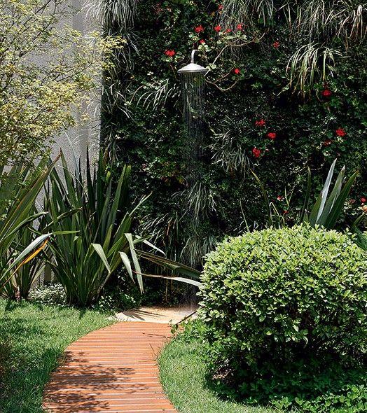 """Chuveiro perto da piscina é o arroz com feijão. Escondido em um muro repleto de plantas, aí sim a receita inova. """"O muro vivo dá profundidade ao jardim, além de torná-lo menos urbano e mais fresco"""", diz o paisagista Roberto Riscala. Foto: Casa e Jardim"""