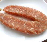 Шаг№7 - После этих манипуляций колбасу можно вывешивать для усушки и вяления также в проветриваемое, прохладное помещение на 1,5-2 недели (все зависит какую степень усушки вы предпочитаете). У меня усушка колбасы составила 45%, считается нормальным - 30-35%. Я вялила колбасу 2 недели.