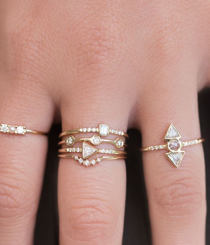 This delicate band places five diamonds in the perfect little arch. Perfectly…