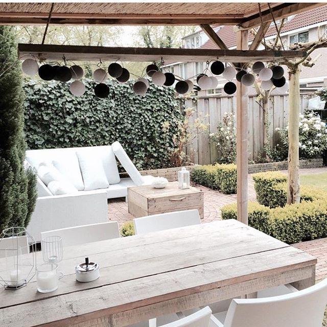 Hop hop de zon! Snel naar buiten! Deze geweldige tuin is van @moniquekirchjunger van @huisenmeer Bij haar kun je onze lichtslinger voor je veranda ook kopen! #cottonballlights #tuin #naarbuiten #zon #inspiratie