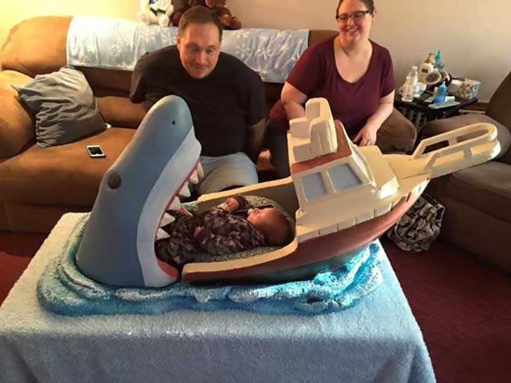 Tardó una semana de trabajo para terminar su increíble obra, y gracias a él, ahora Mikey Melaccio tiene la cuna más épica del mundo inspirada por tiburones.